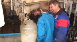 kinderfeestje-op-de-boerderij-in-de-oude-melkput-kalfjes-voeren-koeien-melken-hooizolder-boer-en-boeri-helpen-kinderfeestje-boerderij-noord-holland-kinderfeestje-in-de-oude-melkput-3