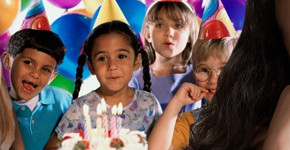 Alles voor je themafeestje, borden, bekers, slingers, bordjes, rietjes, uitdeelcadeautjes, traktatie, tafelkleed, attributen themafeestje, Fun en feest, webwinkel themafeestjes, kinderfeestje thuis